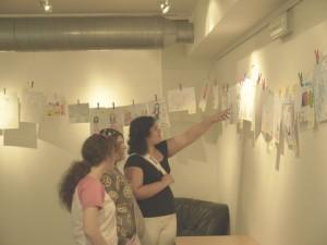 Žáci pražských základních škol si prohlížejí výstavu